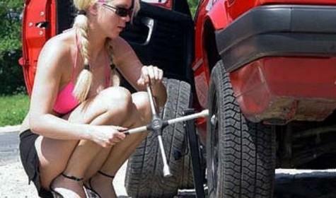 Как девушке самостоятельно поменять колесо на авто?