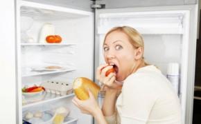 Почему перед месячными нападает жор