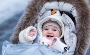 При какой температуре выходить на улицу и как одевать малыша, чтобы ему было комфортно гулять?